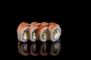 De délicieux rouleaux de sushi frais sur fond sombre photo