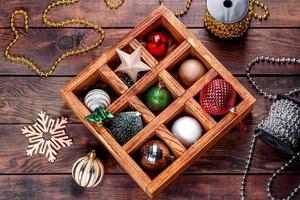 jouets et décorations de noël dans une belle boîte en bois photo
