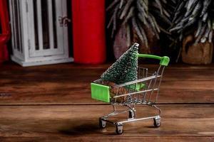 panier avec des cadeaux de noël et des cadeaux de vacances photo