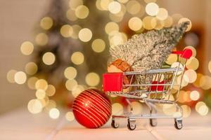 panier avec des cadeaux et des cadeaux de noël. Achat de noël photo