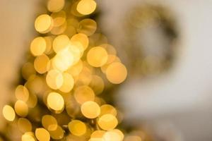 conception festive de défocalisation de noël, lumières de guirlande défocalisés photo