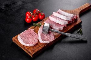 une escalope de porc crue et fraîche coupée en plusieurs parties photo