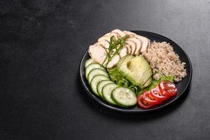 délicieuse salade fraîche avec quinoa, poulet photo
