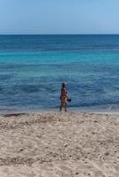 personnes sur la plage de migjorn à formentera en espagne en temps de covid 19 photo