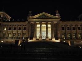 Parlement du Bundestag à Berlin la nuit photo