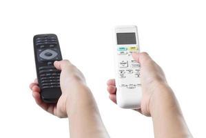 main tenant le climatiseur et la télécommande de la télévision photo