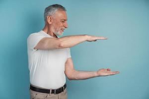 senior, un homme tenant quelque chose dans ses mains, espace de copie photo