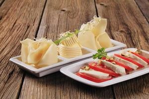 salade caprese et fromage suisse au beurre photo