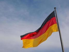 drapeau allemand sur ciel bleu photo