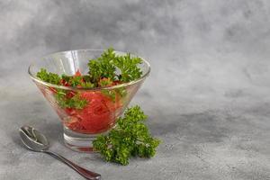 salade d'été au pamplemousse sur fond clair aux herbes. photo
