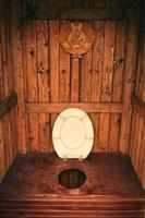 intérieur de toilette de cabine en bois photo