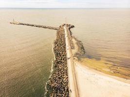 Barricade du littoral de la digue de la Baltique sur la côte lituanienne photo