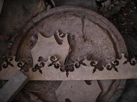 motif abstrait en bois sur une couverture en fer rouillé au sol photo
