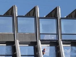 constructeur en casque sur le sol d'un immeuble de grande hauteur photo