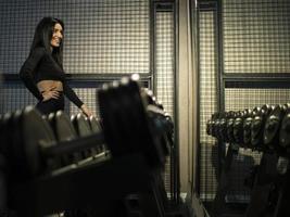 fille brune de remise en forme en vêtements de sport noirs photo