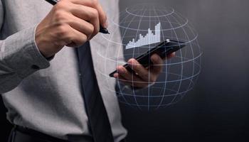 homme d'affaires investissant dans des actions afficher la croissance de l'entreprise graphique hologramme photo