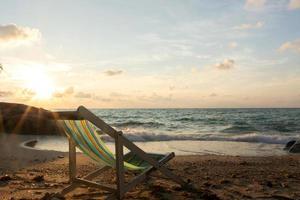 transats de vacances d'été sur la plage tropicale photo