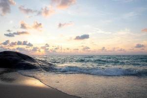 mer tropicale naturelle au fond du lever du soleil photo