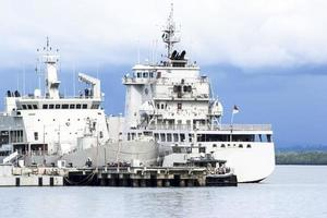 cuirassé au quai naval photo