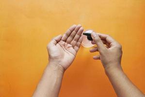 utiliser un liquide désinfectant pour prévenir le virus corona photo