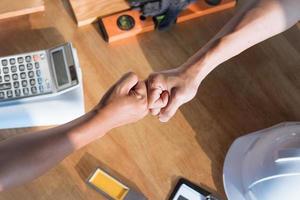 architecture et ingénieur coup de poing main sur table de travail photo