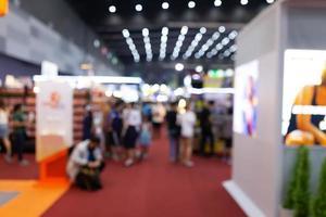 abstrait flou les gens dans le hall d'exposition événement salon expo photo
