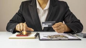 femme asiatique payant par carte de crédit en ligne lors de la commande en ligne à la maison, idée de transaction à l'aide d'une application bancaire mobile. photo