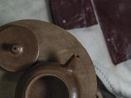 théière et couvercle faits à la main en gros plan en argile de yixing photo