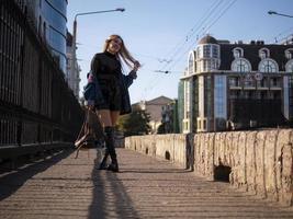 adolescente élégante avec des cheveux flottants en pleine croissance sur un pont photo