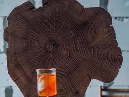 grande souche d'acacia et brûleur à gaz à l'huile de bois photo