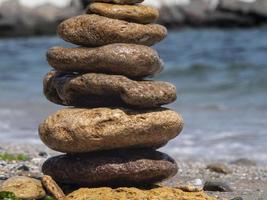 les pierres plates de la mer se tiennent les unes sur les autres photo