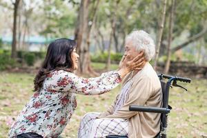 patiente asiatique âgée avec soin photo