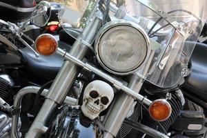 crâne blanc sur le garde-boue avant de la moto photo