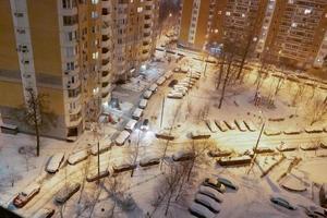 formes géométriques sur la route, voitures garées sous la neige, vue de dessus photo