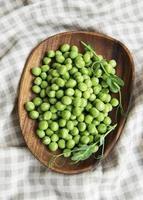 cosses de pois verts frais et pois verts photo