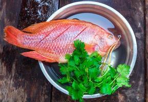 les poissons frais sont prêts à cuire photo