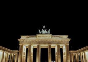 Brandenburger tor la porte de Brandebourg la nuit à Berlin photo
