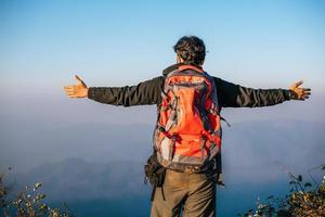 homme voyageant avec sac à dos randonnée en montagne photo