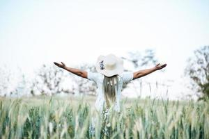 femme au chapeau bonheur dans la nature photo