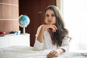 portrait de femme allongée au lit photo