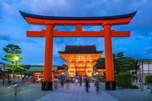 sanctuaire fushimi inari au crépuscule à kyoto photo