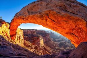 paysage naturel de mesa arch dans le parc national de canyonlands, utah, usa photo