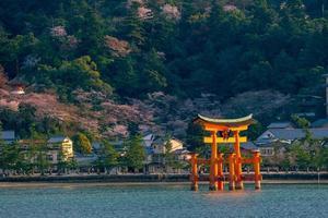 la porte flottante du sanctuaire d'itsukushima photo