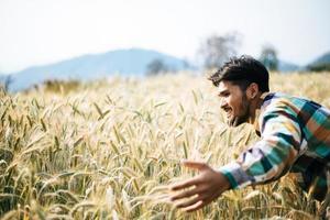 Bel homme agriculteur avec champ d'orge photo
