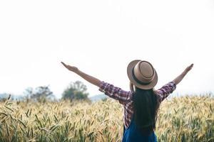 agricultrice avec la saison de récolte des champs d'orge photo