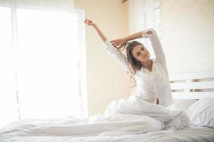 jeune femme paresseuse assise dans la chambre photo