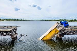 destruction de structures de pont sur la rivière photo