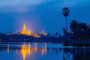 pagode shwedagon au coucher du soleil, pagode du grand dagon à yangon myanmar photo
