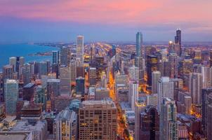 Horizon du centre-ville de Chicago au coucher du soleil de l'Illinois aux États-Unis photo