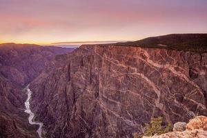 Canyon noir des paysages du parc national de Gunnison au lever du soleil photo